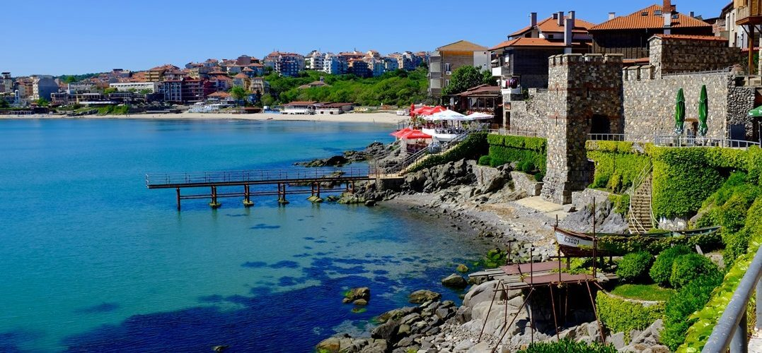 Kustlijn van de Zwarte Zee met huizen en groen