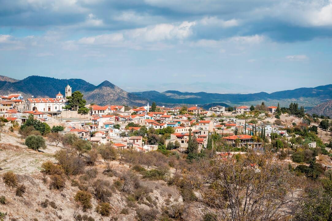 Uitzicht op de stad Lefkara tussen heuvels in Cyprus