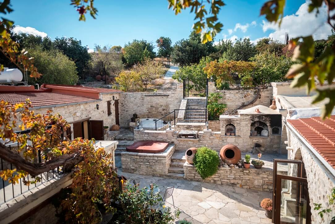 Uitzicht van bovenaf op huizen, straten en trappen uit lichte steen