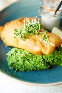 Bord met fish and chips met mushy pea