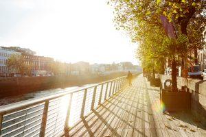 Zonsondergang vanop de kade aan de Liffey in Dublin