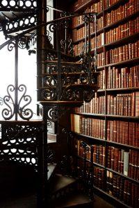 Boekenrek en gietijzeren trap