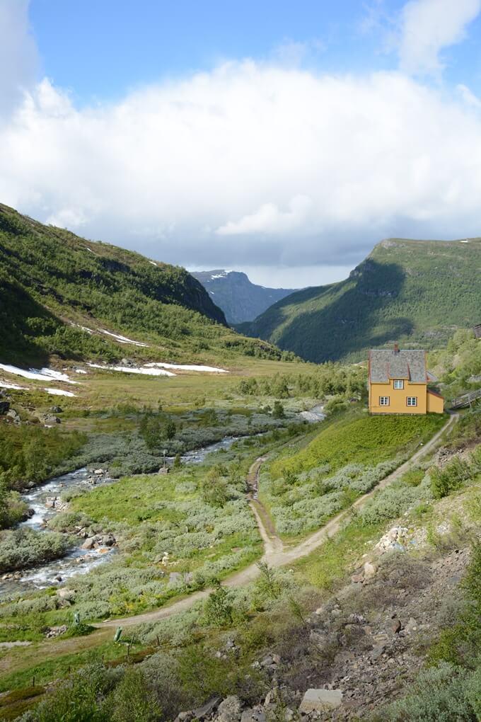 Huisje tussen de bergen van Flåm in Noorwegen