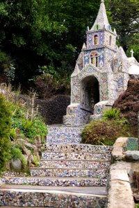 Little Chapel in Guernsey, een kapel volledig uit felgekleurde mozaïeksteentjes