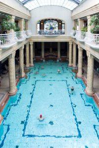 Binnenzwembad tussen zuilen en met gallerij