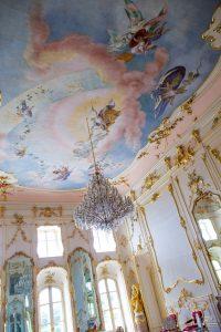 Plafond van een paleis versierd met schilderingen en goud