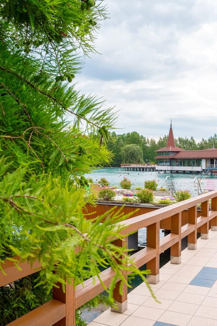 Uitzicht op een meer vanop een brug