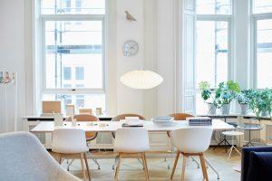 Witte tafel met witte stoelen, planten