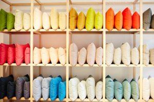 Winkelrek met kussens gesorteerd volgens verschillende kleuren