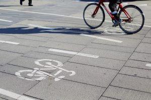 fietspad met wegmarkeringen