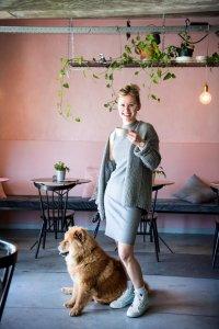 Fanny met haar hond in haar koffiebar in Kortrijk