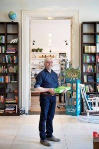 Eigenaar van boekenwinkel Theoria in Kortrijk
