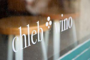 """Raam met de winkelnaam """"Chleb - Wino"""""""