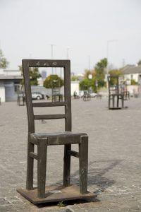 Bronzen stoelen op een plein