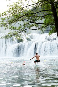 Waterval en zwemmers in Krka National Park