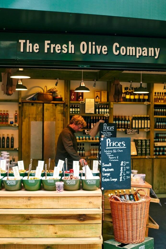Marktkraam met olijven en olijfolie