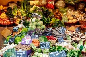Fruit en groenten met prijskaartjes op de markt