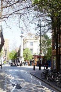 Smalle straat en pleintje