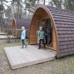Twee kinderen en moeder komen uit een logeerpod in Berdorf, Luxemburg