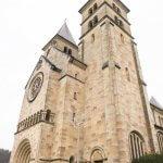 De torens en ingang van de basiliet van Echternach