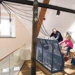 Man en dochter op de fietsinstallatie in het Henri Tudor museum in Rosport