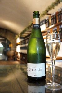 Fles en glas Saint Martin op een bar