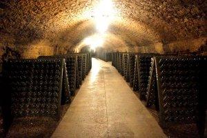 Wijnkelder van Saint Martin met rekken wijnflessen