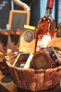 Cadeaumand met wijn, chocolade en koekjes in 100% Luxembourg
