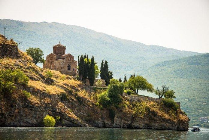 Meer van Ohrid in Macedonië met zicht op het klooster van Sint Naum