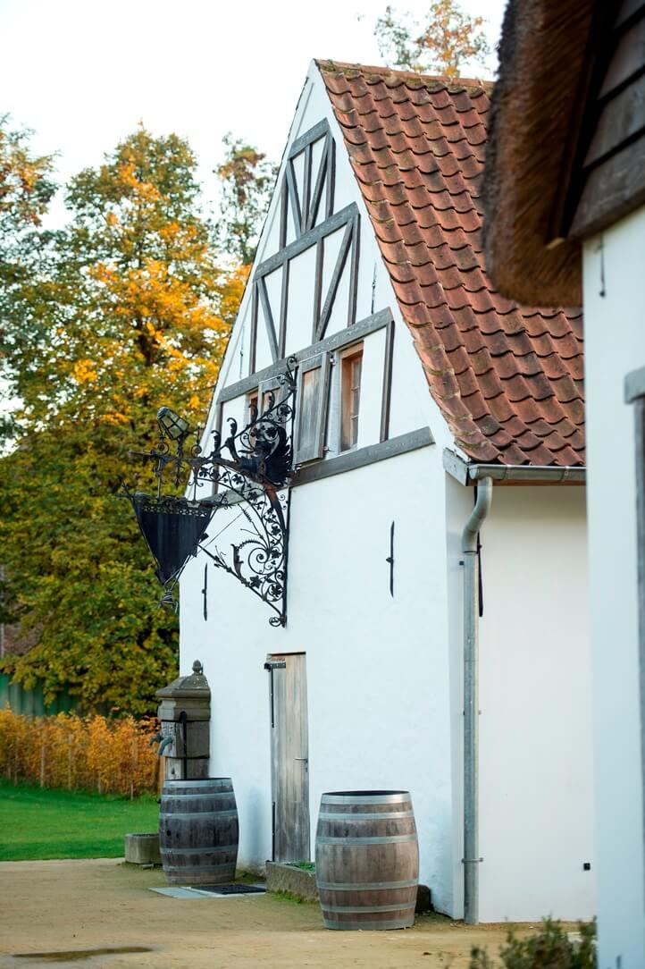 Witte buitenkant van stokerij De Molenberg
