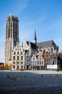 De Grote Markt van Mechelen met, Sint-Romboutstoren op de achtergrond