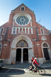 Vooraanzicht kerk/hotel
