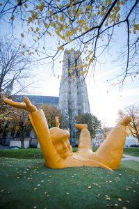 Sint-Romboutstoren en geel kunstwerk