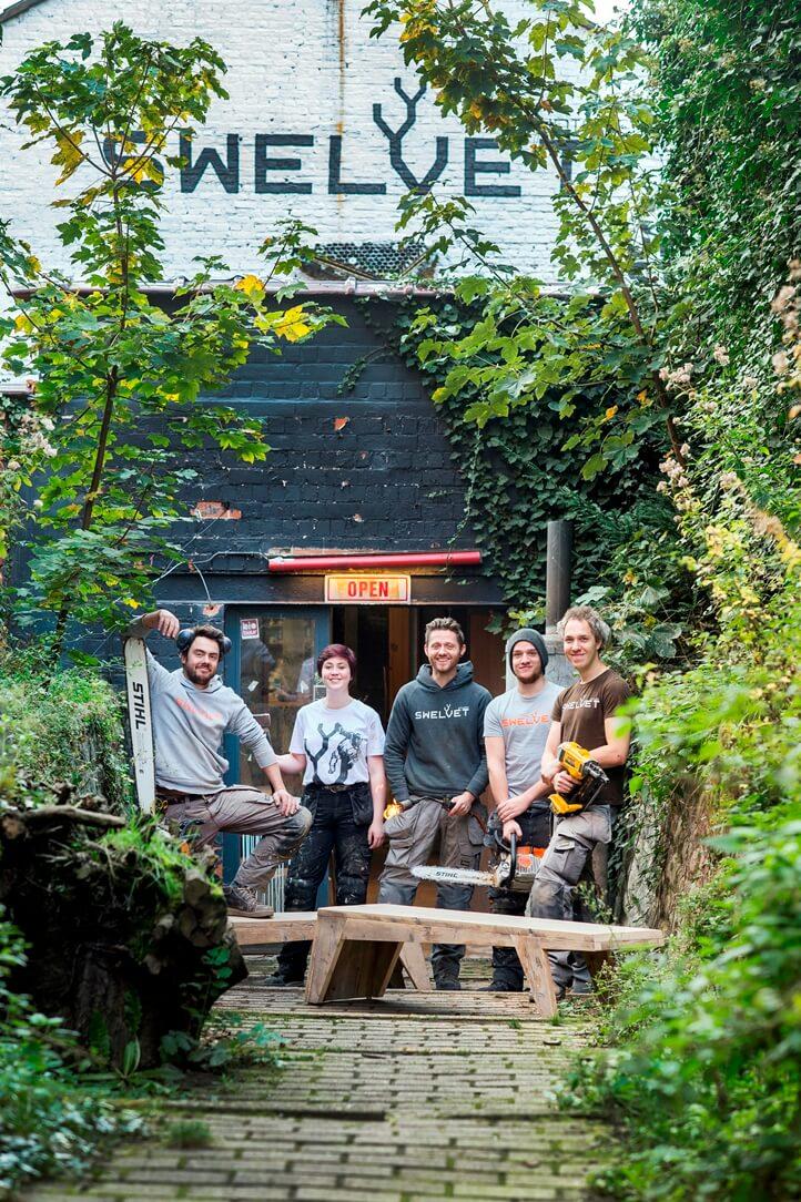 5 teamleden van Swelvet voor hun atelier