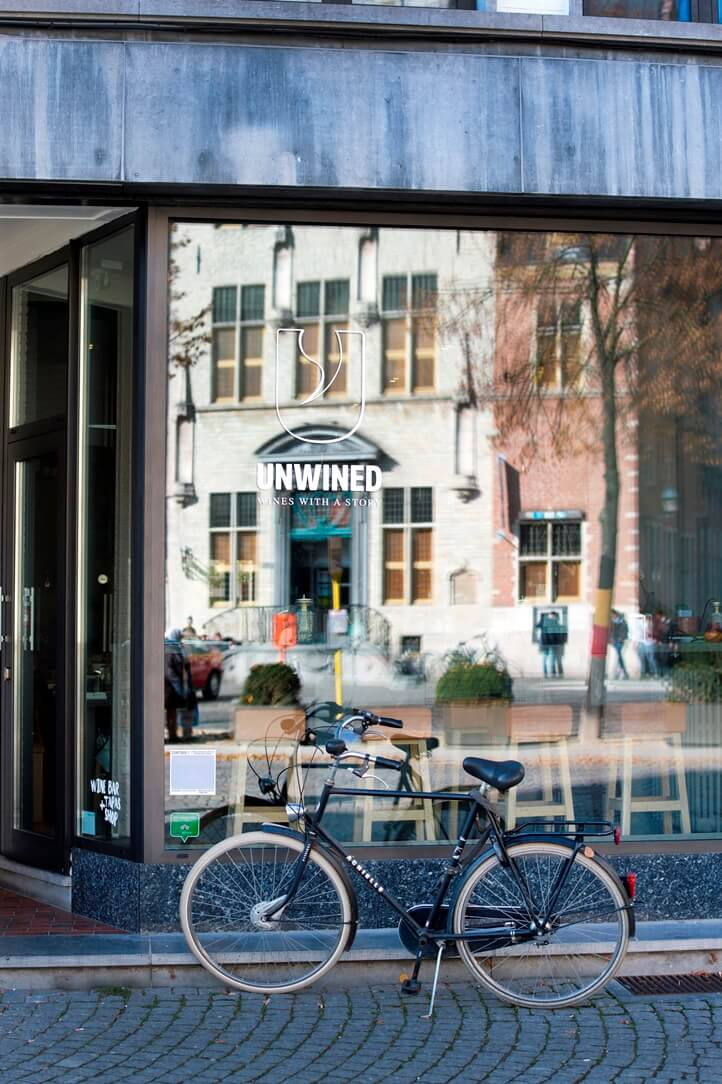 Glazen voorkant van wijbar Unwined met een fiets voor