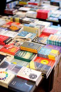 Tafel vol boeken in een winkel