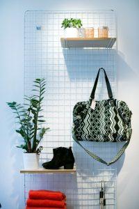 Boetiekinterieur met een tas, plant, schoenen