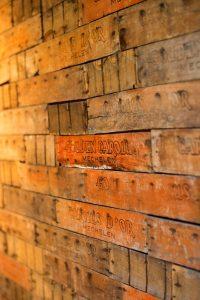 Muur bedekt met houten plaatjes van Gouden Carolus