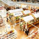 Kraampjes met groenten en Italiaanse producten in Eataly, Milaan
