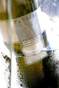Fles wijn van San Gimigniano in water