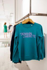 Blauwe trui aan een winkelrek