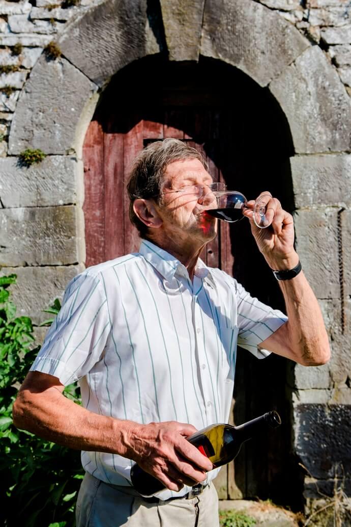 Man drinkt uit glas rode wijn