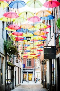 Straat met een dak van paraplu's erboven opgehangen