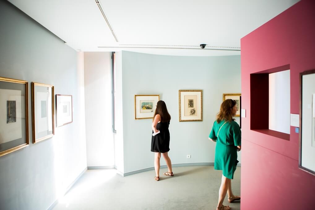Twee vrouwen in kamer met kunstwerken aan de muren