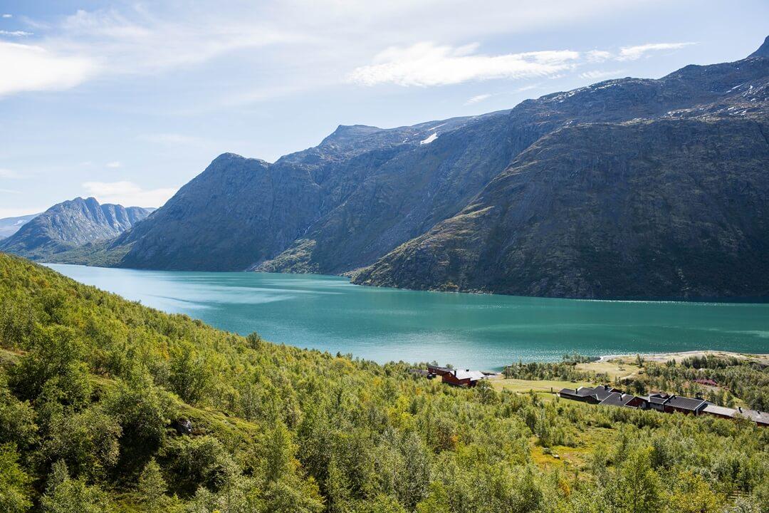 Het Gjendemeer in Noorwegen dat een berg en de wolken weerspiegelt