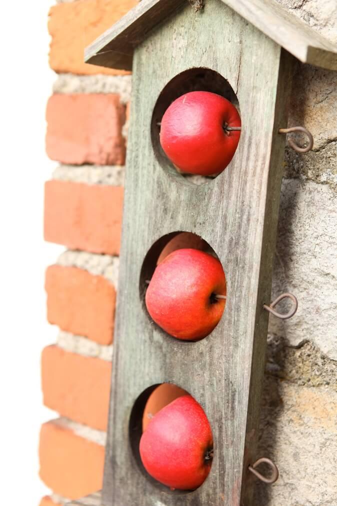 Drie appelen in een houten plankje