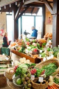 Groentenkraam in een overdekte markt