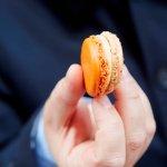 Mannenhand met macaron