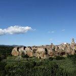 Uitzicht op de stad Pitigliano in Toscane, gemaakt uit tufsteen