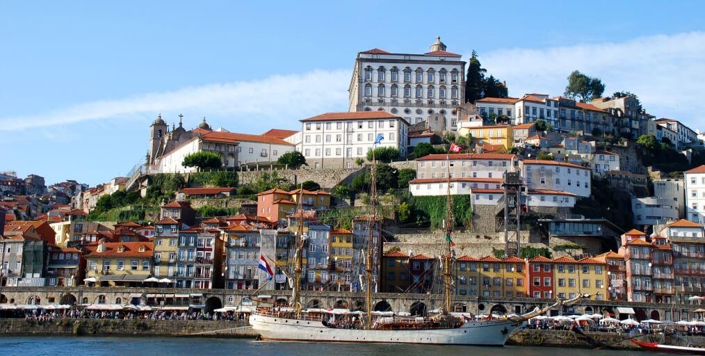 Uitzicht op de Louis I-brug en de stad Porto in Portugal